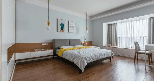 主卧的衣柜是内嵌式的,床头柜都是简单款的,紧贴着墙壁,空间内的图片