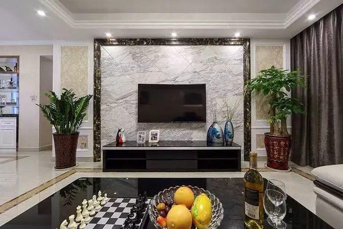 客厅 客厅电视墙以大理石边线作为造型,两侧对称摆上两盆绿植,呈现出