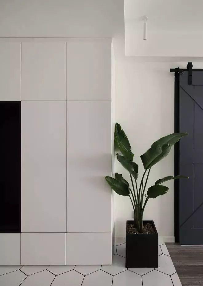 入户玄关比较宽,所以这个空间设置了鞋柜,满足入户换衣貌的功能.