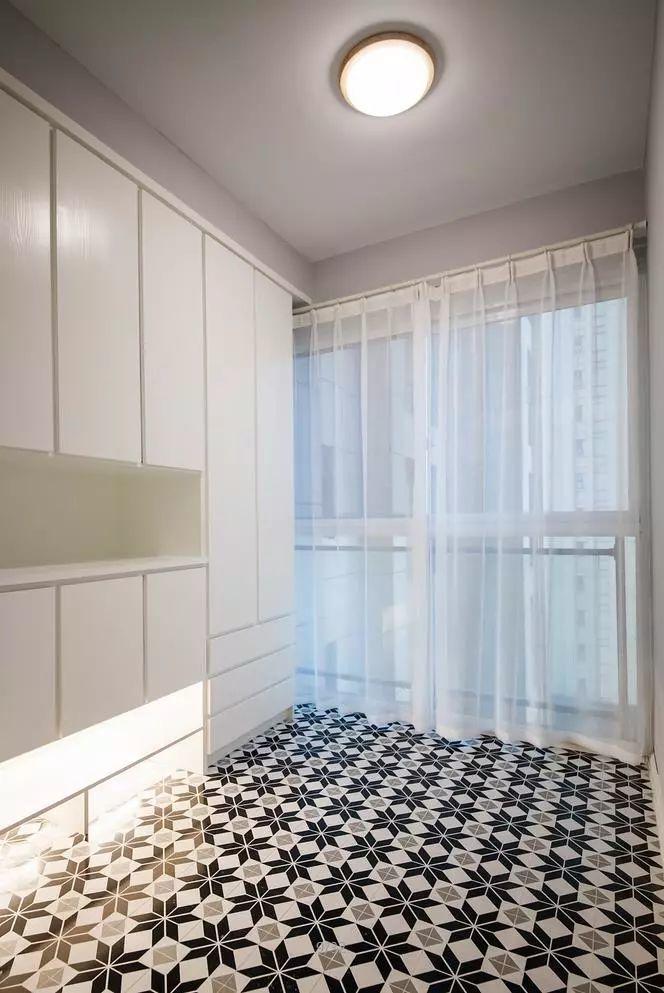 纯白的定制鞋柜,在黑白花纹图案的地砖的映衬下,使玄关显得通透大气