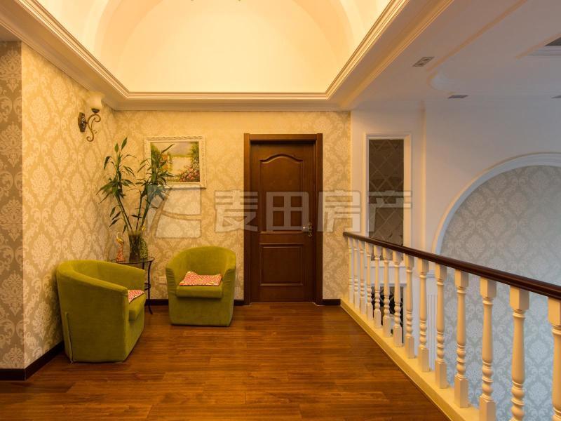 洋房复式 四卧朝南 客厅挑高7米 6个阳台 欧式精心装修