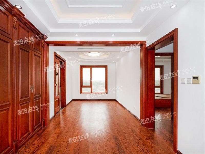 观景楼座,地面到房顶净高3米,室内敞亮,视野宽阔