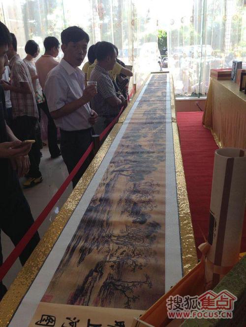 不同于一般的奖品,项目选取中国风收藏品、艺术品作为大奖,有很高的价值鉴赏性。其中长6米的清明上河图引来众多客户品鉴