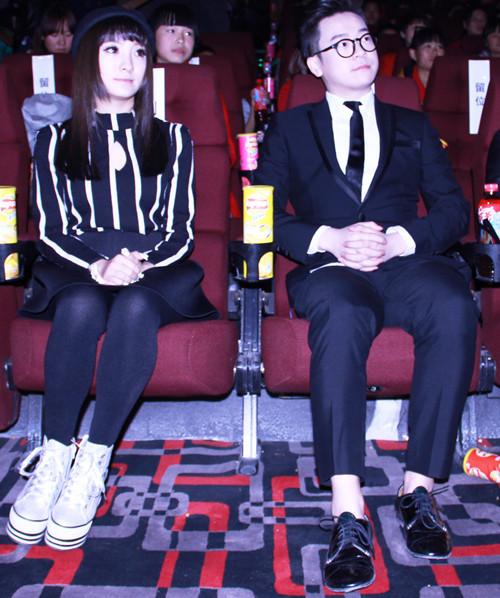 作为本次活动的爱心大使,中国好声音学员丁少华(左二),创作才女刘之烁(左一)在现场与孩子们一起观影