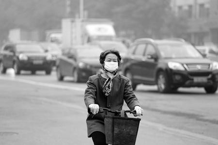 """10月28日,石家庄市民出行,口罩成""""必备品"""""""