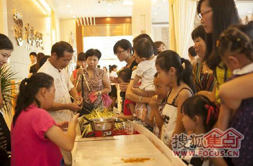 民俗体验区设置冰糖葫芦、糖画和艺术草编,民间艺人现场献艺,吸引了众多客户观看体验