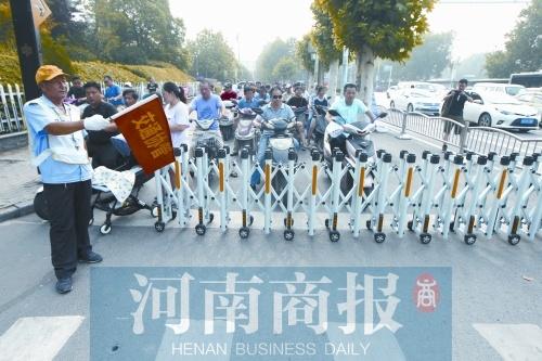 """治理""""中国式过马路"""" 郑州在路口试行伸缩护栏"""