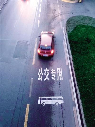 占用公交专用道 300台公交车摄像头是抓拍主力