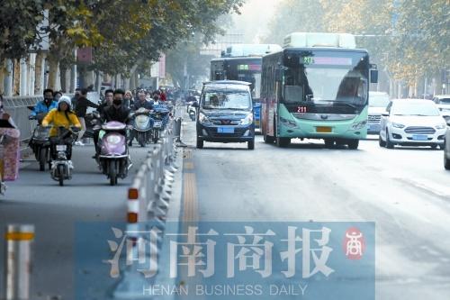 高峰时段占用公交专用道 过渡期内屡次违规不改将受罚