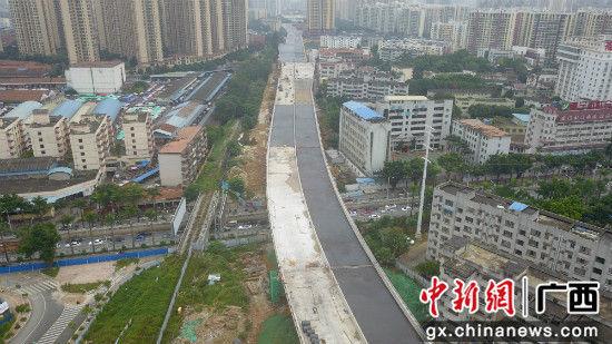 南宁城市东西向快速路加快施工确保11月30日主线通车