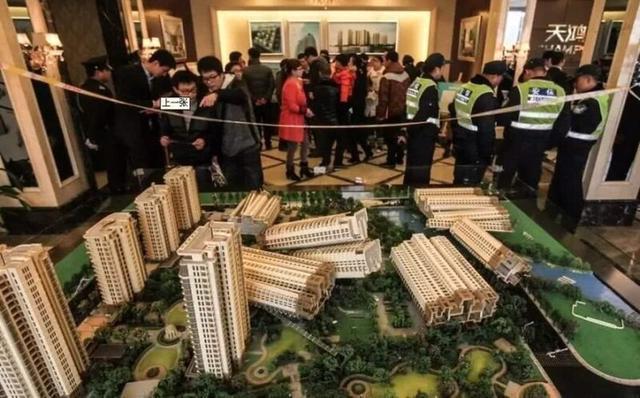 如果有一天我们买的房子房价下跌,可不可以找房产商要求退款?