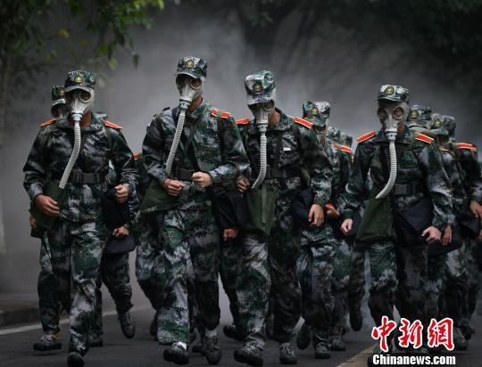 重庆大学为6300名新生开展拉练活动