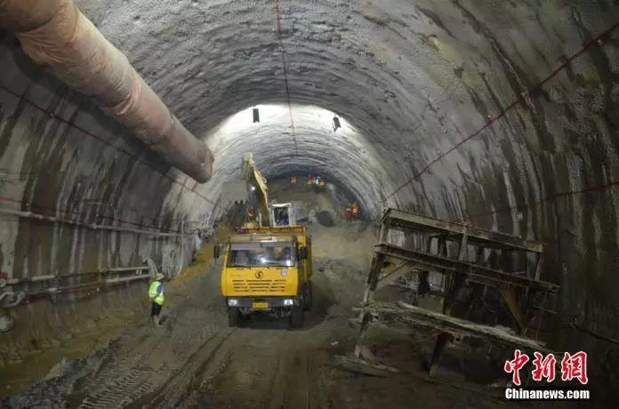 """像在""""水豆腐""""里打洞!這群中國工人這樣克服隧道建設的""""最難關"""""""