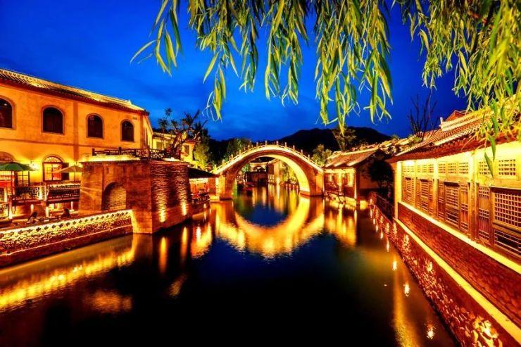每天发团 | 长城脚下的红叶小镇【古北水镇】网红红叶墙,大型水舞秀,音乐喷泉!